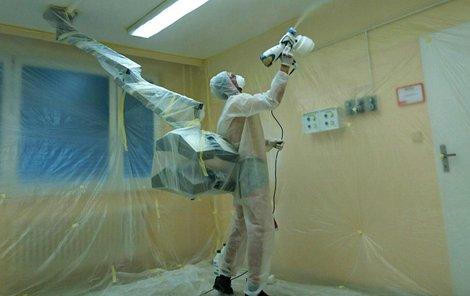 Malíři nanáší na stěny a stropy speciální nástřik barvy s nanočásticemi.