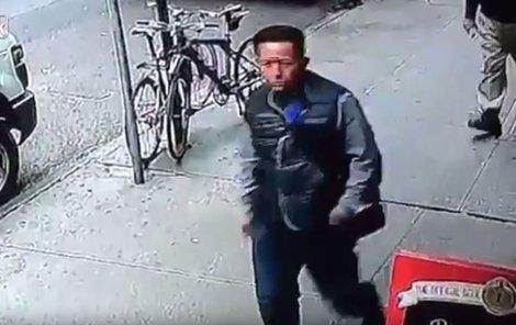 Kamery zachytily i jeho tvář, policie je však bezradná.