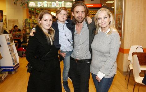 Bára Basiková s dcerou Aničkou, synem Theodorem a manželem.