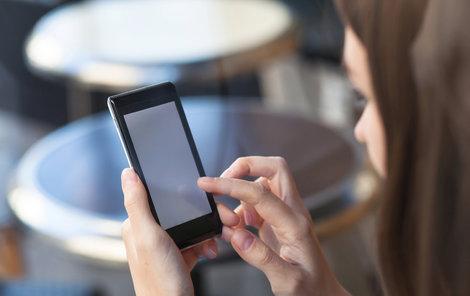 Češi sice vlastní spoustu mobilních telefonů, ale paradoxně volají za hodně peněz.