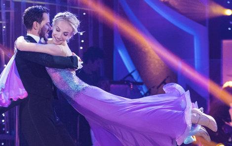 Na tanečním parketu s Michalem Padevětem není Jana tak odvážná.