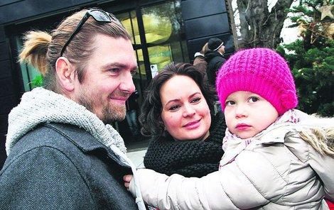 Elenka s maminkou a tatínkem, tanečníkem Petrem Čadkem.