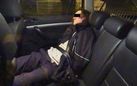 Pod obraz zpitý řidič ohrožoval v autě sebe i svou třináctiletou dceru.
