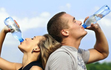 Britští lékaři zpochybnili doporučení 2 až 3 litrů tekutin denně.