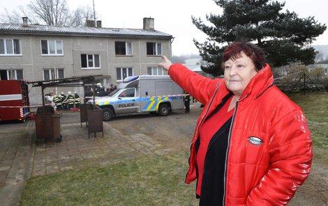 Dana Loudová ukazuje okna (vpravo nahoře), kde bydlela. Byt musela opustit.