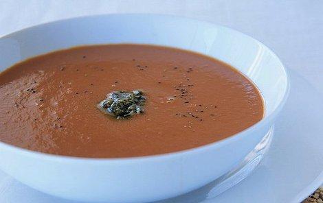 Polévku z pečené zeleniny můžete doplnit o celozrnné krekry.