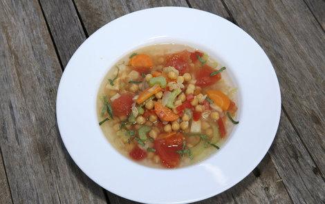 Šéfkuchař Michal připravil zeleninovou polévku s cizrnou.