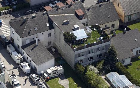Fritzl dům z leteckého pohledu (zahrada na střeše).
