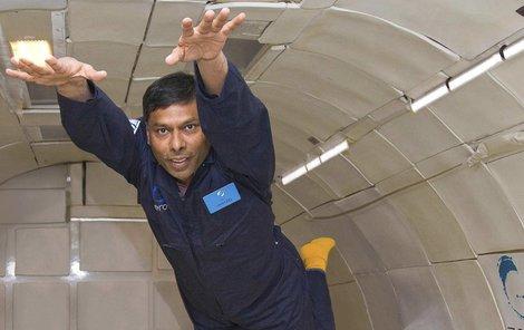 Naveen Jain už nacvičuje ve stavu beztíže.