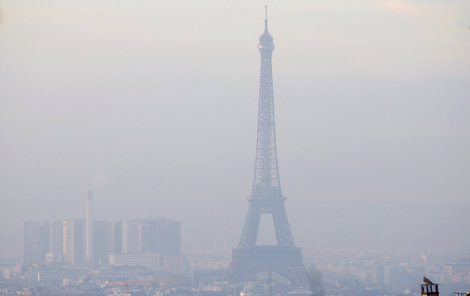 Teplotní inverze zahalila Paříž.