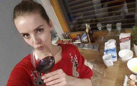 Po všech útrapách je konečně ve svém novém bytě. Oslavila to skleničkou vína.