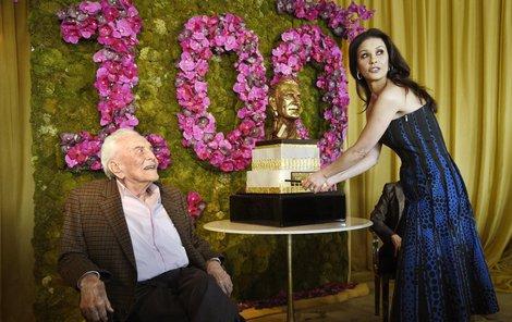 Catherine Zeta-Jones zakrojuje oslavencův dort.
