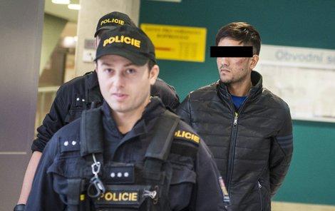 Afghánského mladíka přivádí eskorta k soudu.