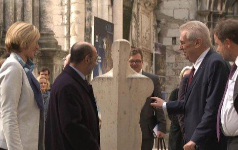 Miloš Zeman okukuje sochu.