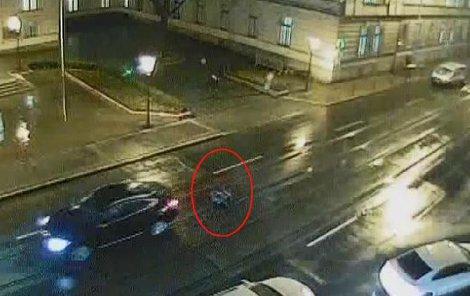 Chodce vleklo BMW 30 metrů, přežil jen zázrakem.