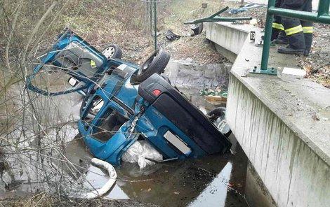 Trosky vozu museli vytáhnout z řeky hasiči.