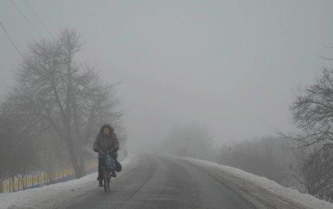 Inverze přinese mlhu a sněžení, na silnicích se může tvořit ledovka.