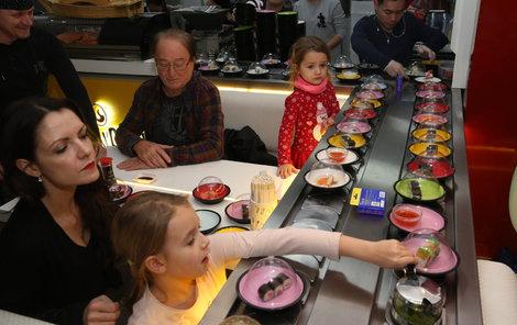 Petr Janda si se svými holkami pochutnával na sushi.