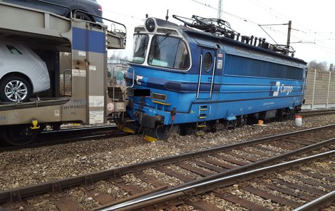 Škoda na vlaku a nákladu zatím nebyla vyčíslena.