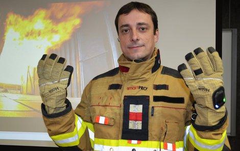 Petr Kašpar (40) ukazuje »chytrý« hasičský oblek.