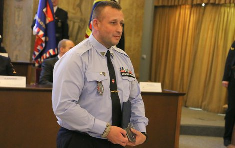 Strážník Marcel Rajtšlégr převzal od vedení městské policie ocenění za Čin roku.