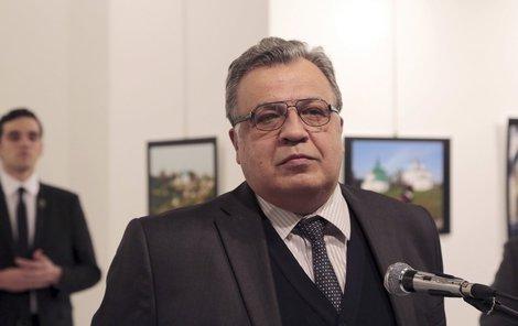 Andrej Karlov byl zastřelen do zad přímo při projevu.