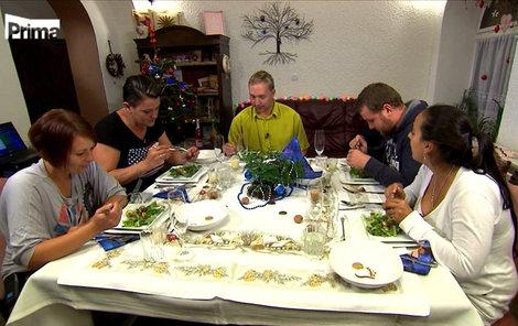 Michael pozval hosty do mobilního domku. Atmosféra u stolu byla velmi napjatá.
