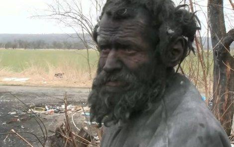 Bezdomovec se rád válel v popelu.