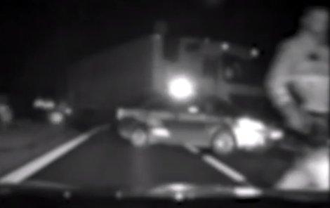 Šílenou jízdu zastavil až kamion, který zablokoval silnici.