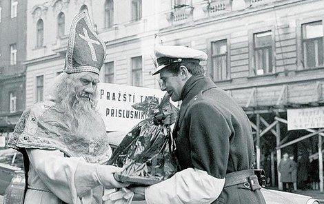 1966. Taxikářšká šaškárna, na kterou policisté z neznámých důvodů přistoupili.