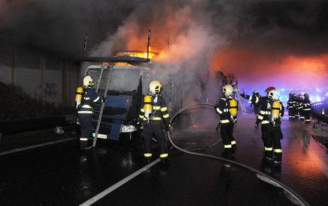 Zatímco hasiči bojovali s ohněm, policie na místě odkláněla dopravu.