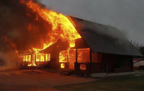 Srub v Ralsku po příjezdu hasičů...