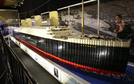 Titanic je postaven z 500 000 kostek v poměru 1:25, je dlouhý 11 metrů a stavěl se rok.