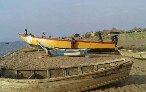 Tento žlutý člun, přeplněný lidmi, se převrhl.