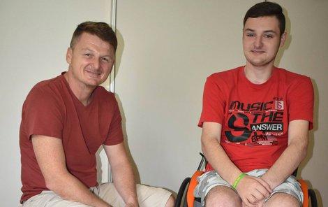 Dva parťáci, táta se synem, co mají společný cíl. Chtějí, aby si Ondra dokázal sám lehnout do postele a řídit auto.