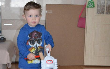 Malý Silváno taky ukázal, jak umí vysávat, a mamince tak pomáhat.