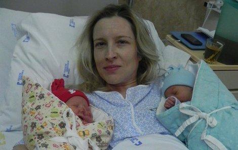 Maminka Hana Pišťáková s dvojčátky.
