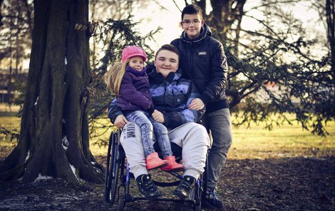 Denis se svou sestrou Timeou (4) a bratrem Adrianem (11) na procházce.