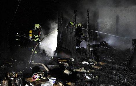 Chatu oheň zcela zničil.