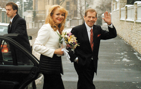 Po obřadu se novomanželé přesunuli do prezidentské vily. Dagmar pro svůj velký den zvolila černobílý kostým a ženich oblek s červenou kravatou.