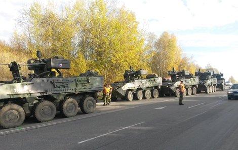 Po nehodě zůstalo několik armádních pandurů nepojízdných.