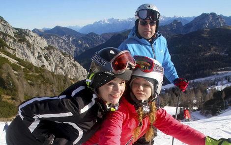 Hrubešová na horách s přítelem Petrem a dcerou Christel.