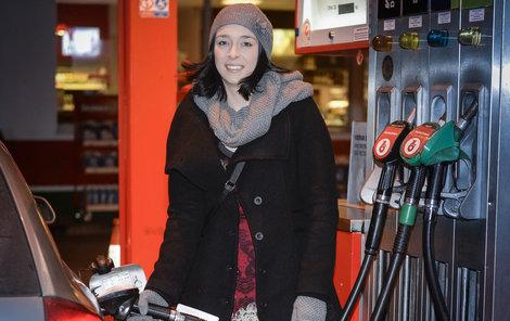 Podle zákona musí řidiči tankovat v zimním období naftu s označením F. Ta letní má označení B, nafta na období mezi je označena D.