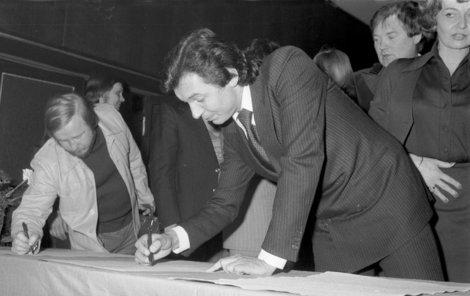 Karel Gott podepisuje v Divadle hudby.