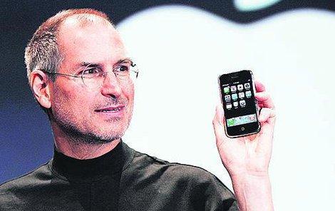Steve Jobs (†56) představuje první iPhone.