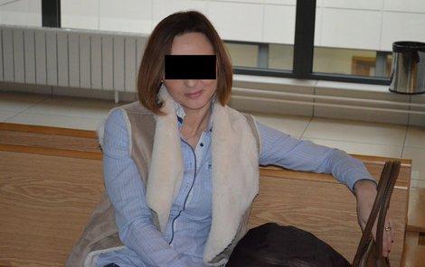 Chtěla pomáhat synovi kriminálníkovi, sama je za to nyní policistka Petra N. v roli obžalované.