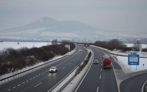 V tunelech Prackovice a Radejčín a na Prackovické estakádě stále platí omezení, jede se jen v jednom pruhu sníženou rychlostí. Potrvá ještě nejméně tři měsíce.