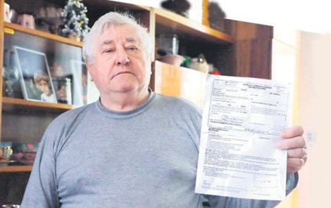 Stanislav Veselský ukazuje zamítnutý návrh na lázně. Podle zdravotní pojišťovny váží o 3,1 kilo víc, než by měl.