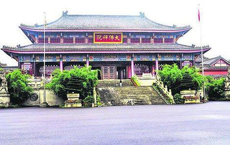 Vstupní chrám, po němž následuje ještě větší krása.