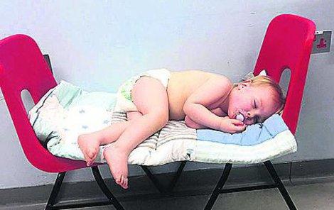 Nemocnice se hájí, že postel nebyla potřeba, provizorní lůžko prý stačilo.